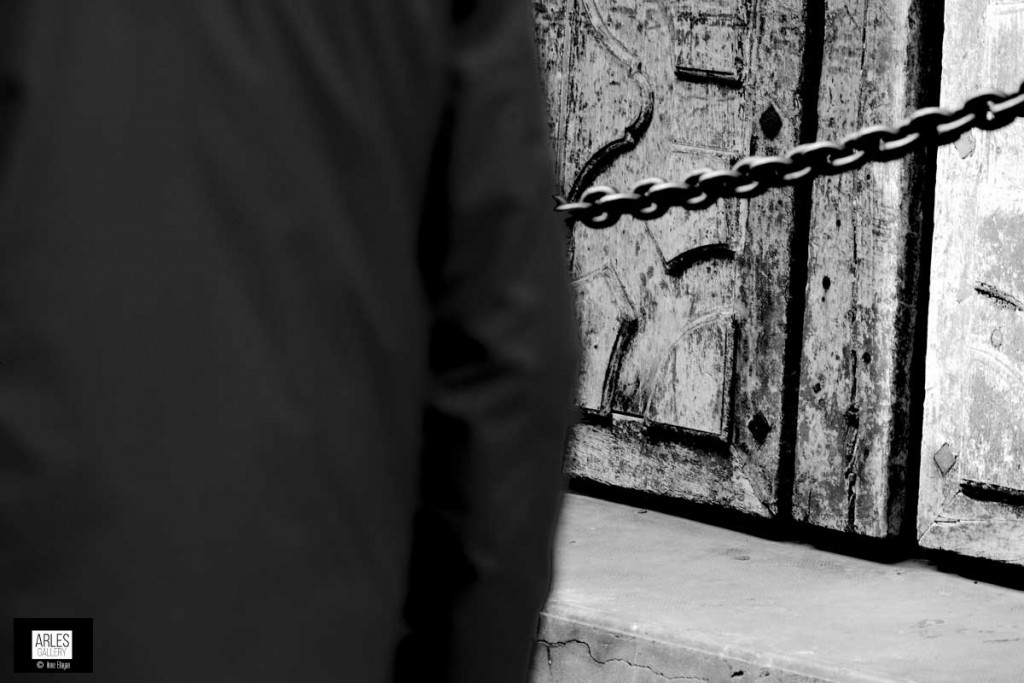 homme-qui-marche-vers-les-galeries-du-4-septembre-a-arles