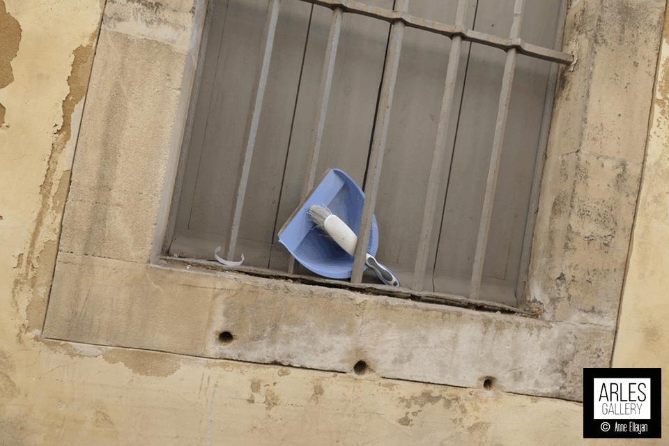 si-vous-avez-un-moment-nettoyez-la-rue-Frederic-Mistral-merci-Arles-Gallery_still_tmp