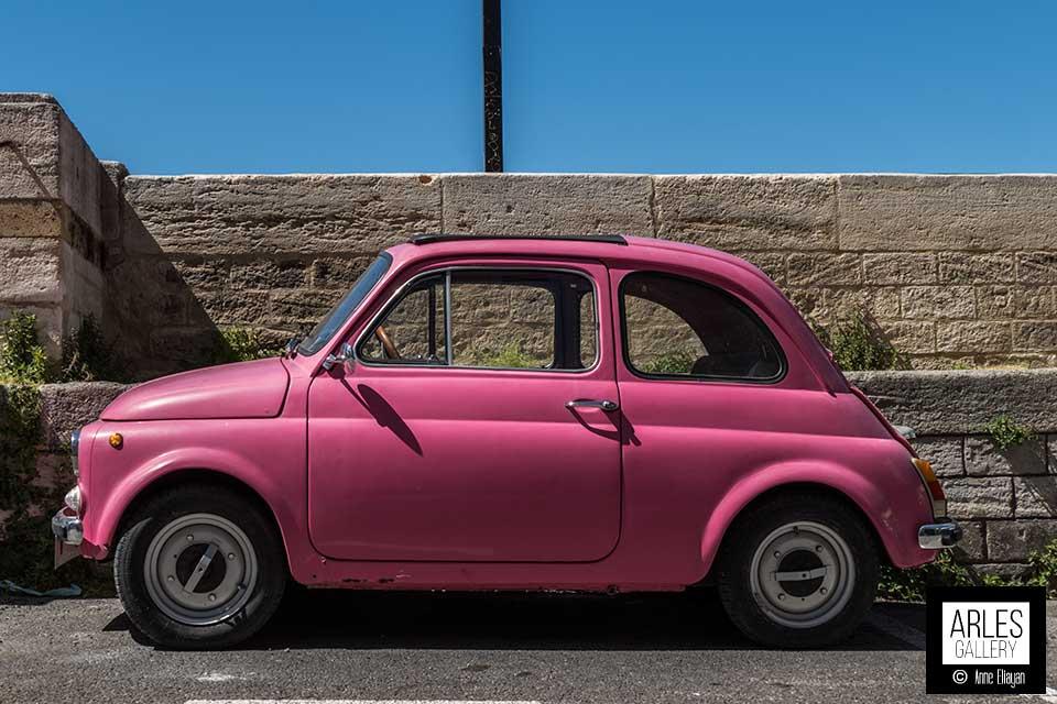 voiture-rose-sur-les-quais-photographie-par-arles-gallery