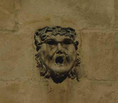 sur-le-mur-de-la-mairie-arles-gallery