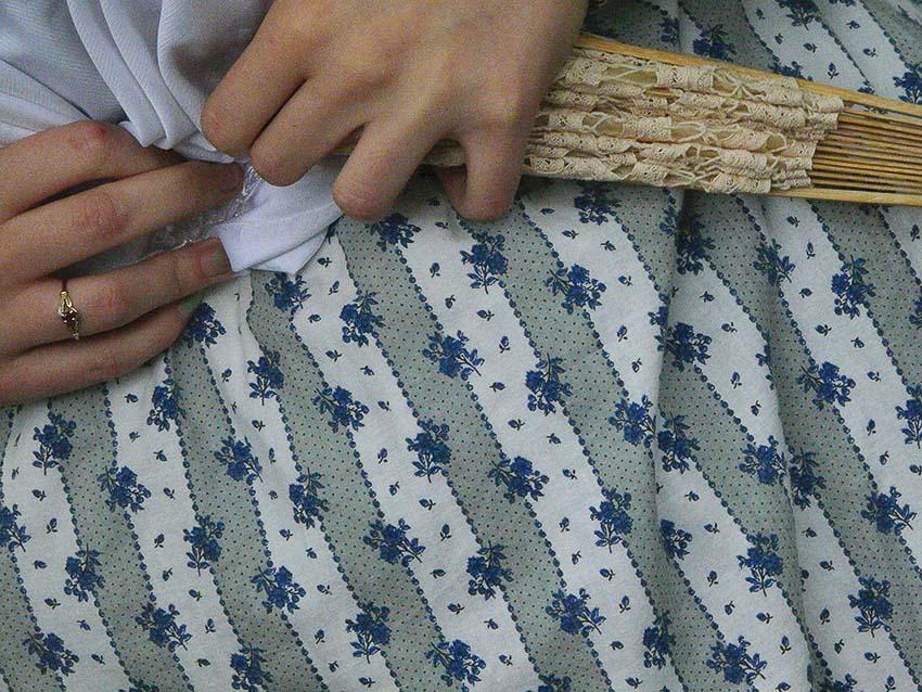 Mireille rajuste son corsage à Arles