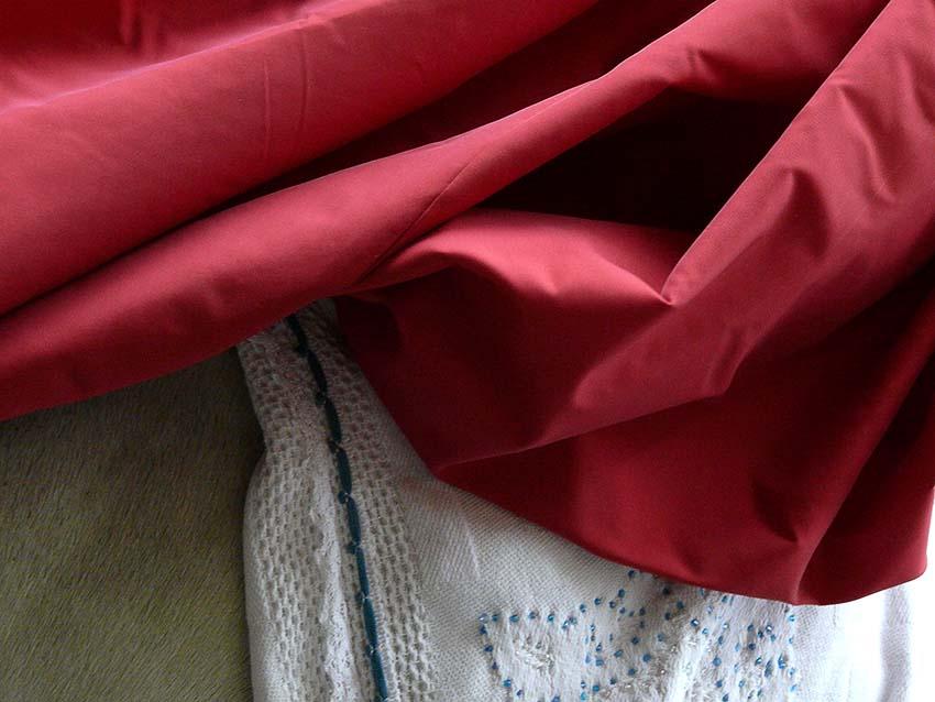 Arles robe rouge sur cheval blanc