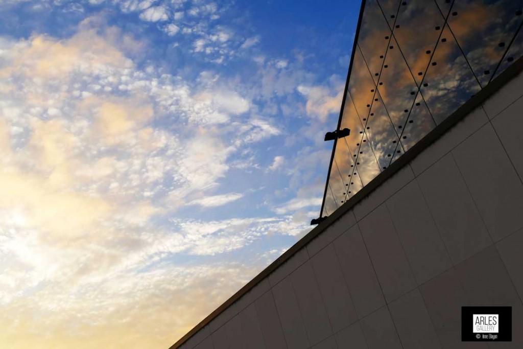 soleil du soir jouant sur les vitres du Musée arlantique