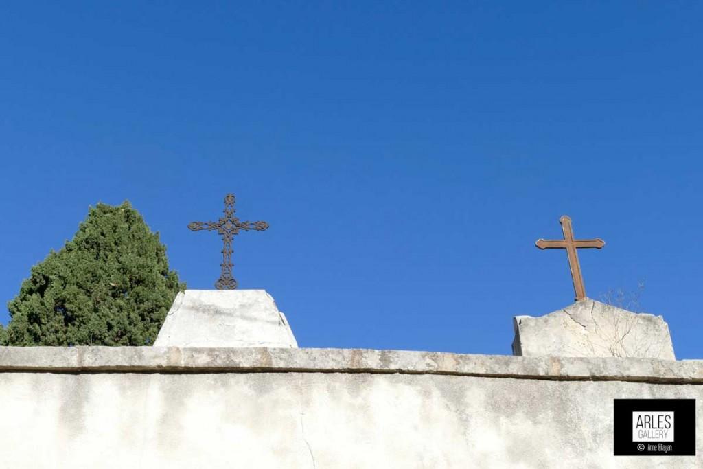 Cimetière vu de la rue de l'acqueduc par Anne Eliayan pour Arles Gallery