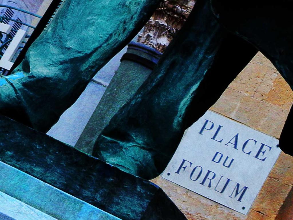 Forum et jambes de Fred Mistral Place de la République par Anne Eliayan pour Arles Gallery