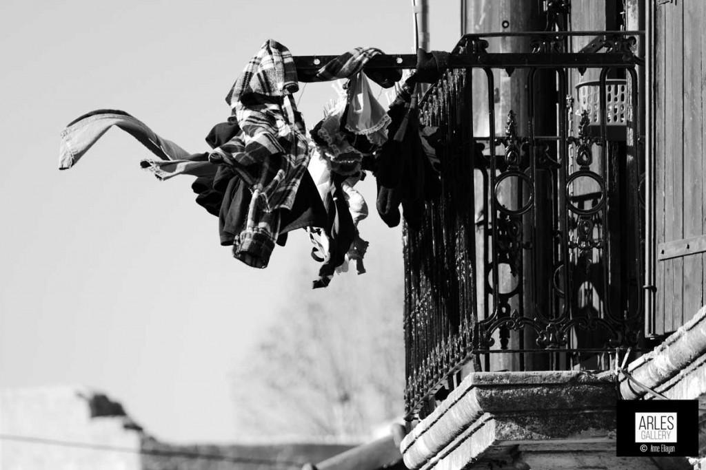 Mistral au balcon Noel au tison par Anne Eliayan pour Arles Gallery