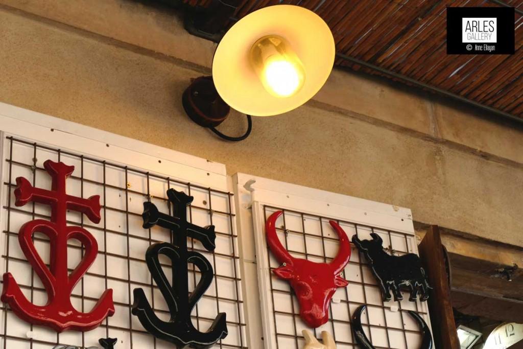 anne-eliayan-croix-rouge-et-noire-camargue-arenes-Arles
